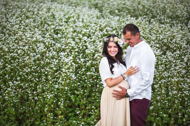 Довольно беременна с мужем в поле