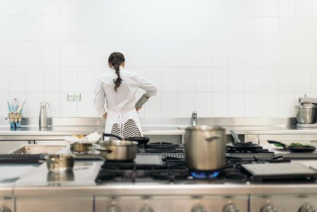 キッチンで料理をするかなりプロのシェフ。