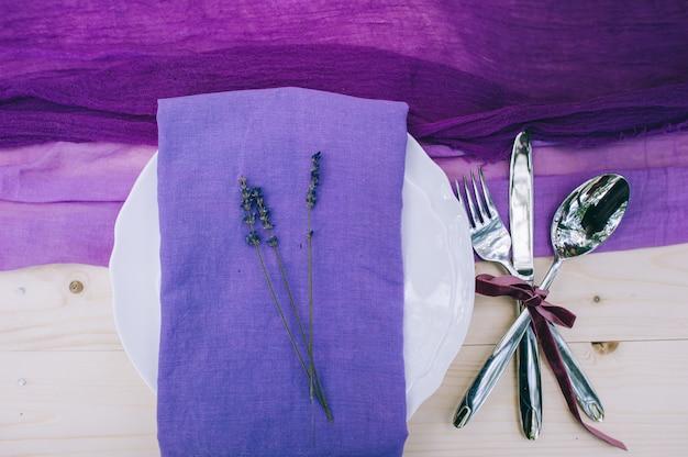 Довольно фиолетовое свадебное место в горошек на белом потертом шикарном столе с биркой just married