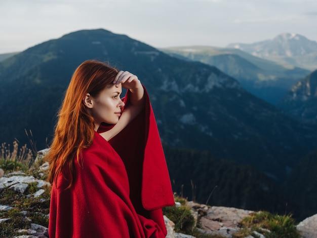 와 자연 속에서 산에서 아름 다운 예쁜 나가서는 여자. 고품질 사진