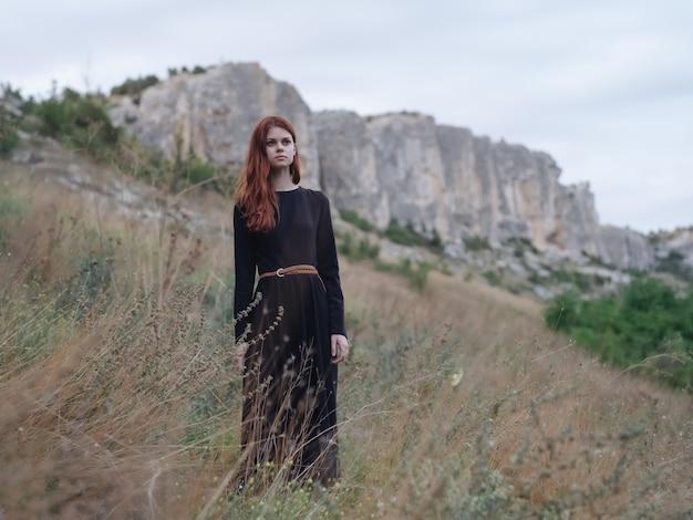 山の自然旅行休暇でかなり赤毛の女性。高品質の写真