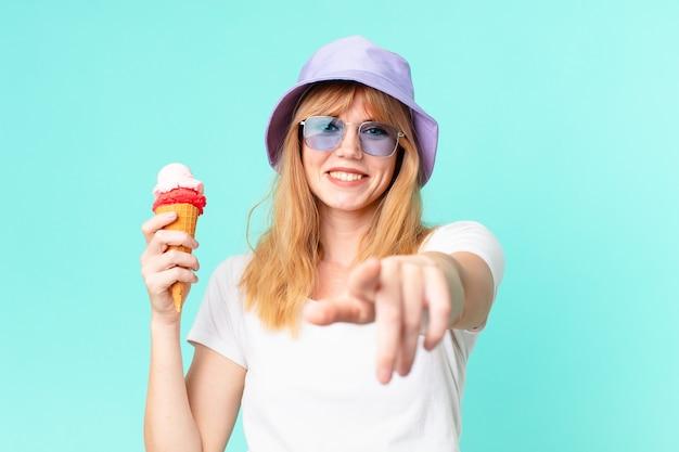 かなり赤い頭の女性とアイスクリーム。夏のコンセプト