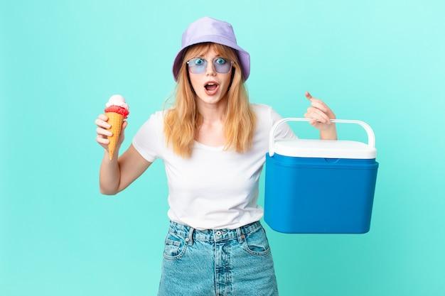 かなり赤い頭の女性とアイスクリーム