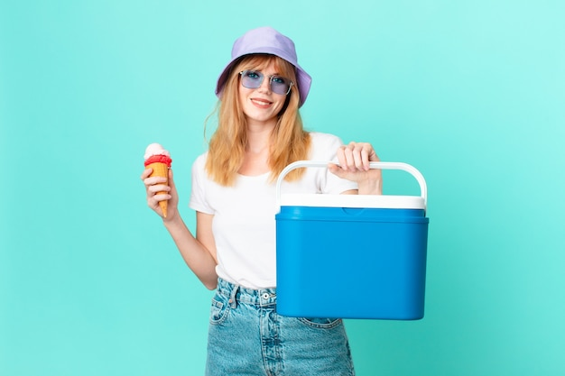 예쁜 빨간 머리 여자와 아이스크림