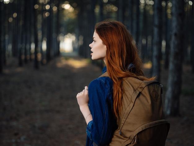 かなり赤毛の女性の森の自然の冒険