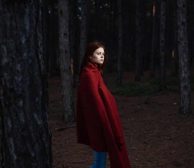 赤い格子縞の森の休息でかなりredhaired女性
