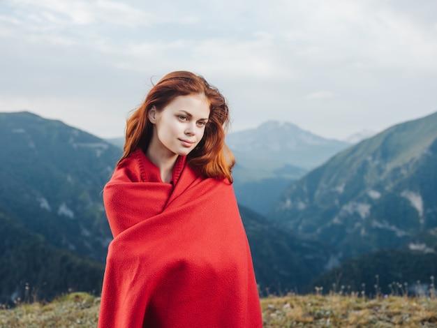 赤で自然の山の中でかなりredhaired女性