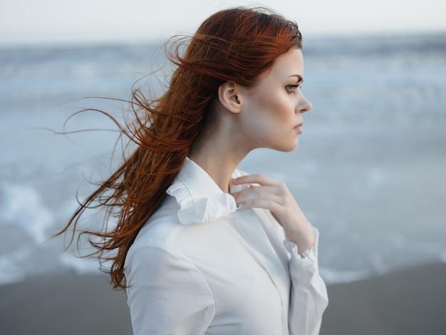 白いドレスのライフスタイル新鮮な空気のファッション旅行でかなりredhaired女性