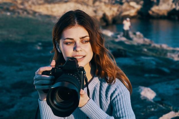 自然の風景の自由の休暇でかなりredhaired女性写真家