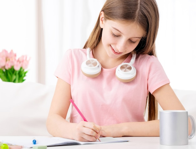 家で宿題をしている可愛い女子校生