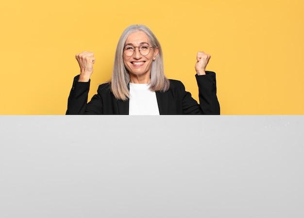 Довольно старшая деловая женщина седых волос с копией пространства, чтобы разместить вашу концепцию