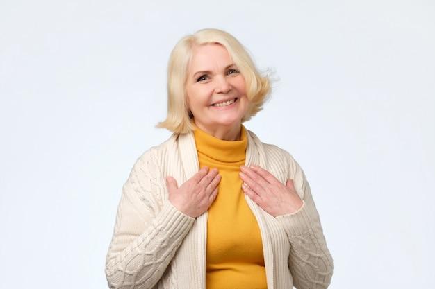 Довольно старшая женщина тронута комплиментом