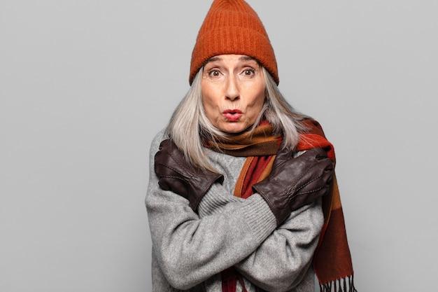 겨울 옷을 입고 꽤 수석 여자입니다. 차가운 개념