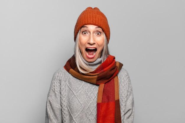 Довольно старшая женщина в зимней одежде. холодная концепция