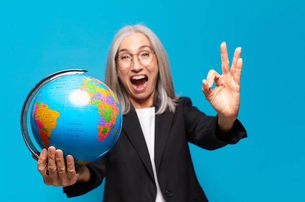 地球儀を持つかなり年配の女性。