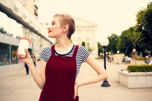 かなり短い髪の女性屋外赤い唇コーヒーカップレジャー