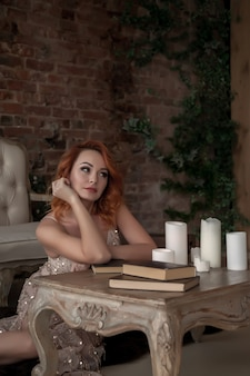 아름다운 빨간 머리를 가진 예쁘고 날씬한 여자