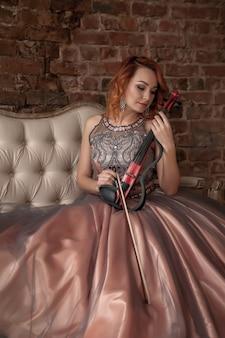 Симпатичная стройная женщина со скрипкой