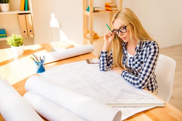 彼女のプロジェクトのためのかなり賢い女性の描画スキーム