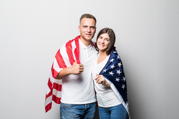 꽤 웃는 부부는 그들의 손에 미국 국기를 보유하고, 흰색에 고립 된 자신을 커버