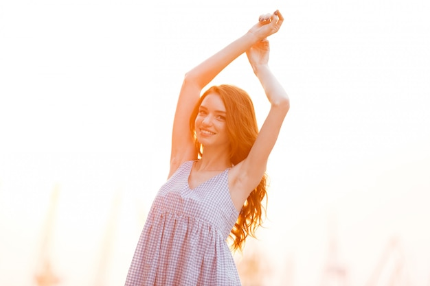 Милая улыбающаяся рыжая девушка в платье