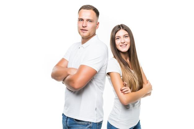 Довольно улыбается молодая пара, изолированные на белом фоне