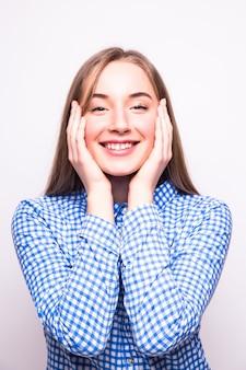 그녀의 가슴에 팔을 교차 검은 안경에 꽤 웃는 젊은 여자. 흰 벽에 절연, 마스크 포함