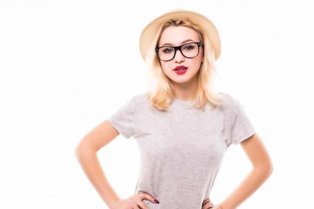 Милая улыбающаяся молодая женщина в прозрачных очках со скрещенными руками на поясе