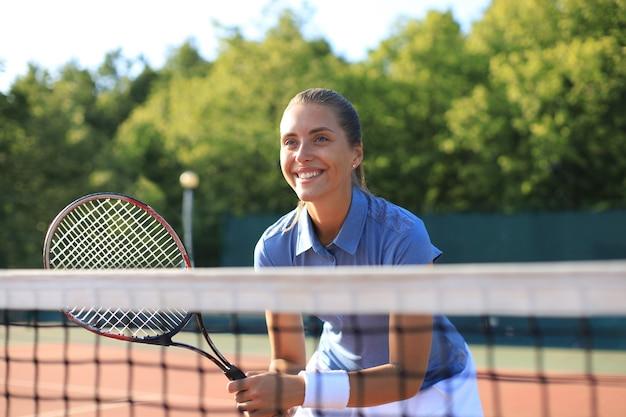 테니스 코트에서 라켓으로 예쁜 운동가입니다. 건강한 생활.