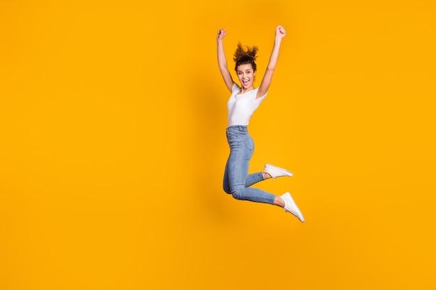 Довольно спортивная девушка прыгает от радости