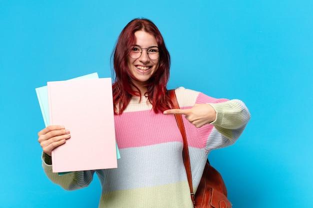 화려한 페이지를 가리키는 예쁜 학생 여자