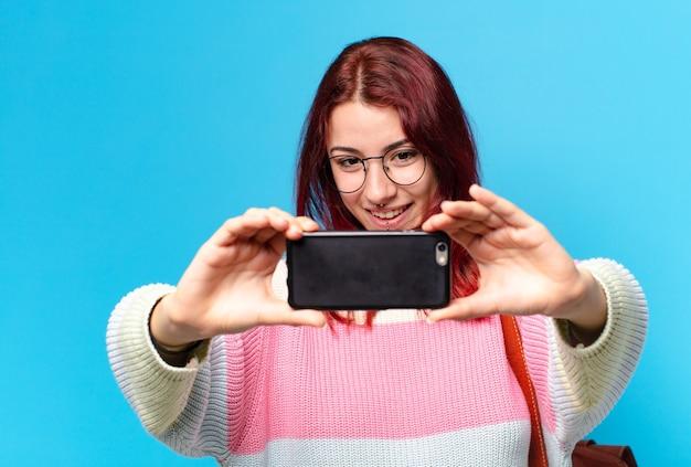 그녀의 전화를 사용 하여 예쁜 학생 여자