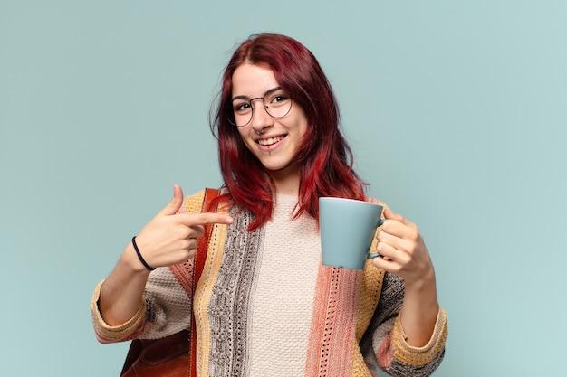 Женщина довольно студент с чашкой кофе
