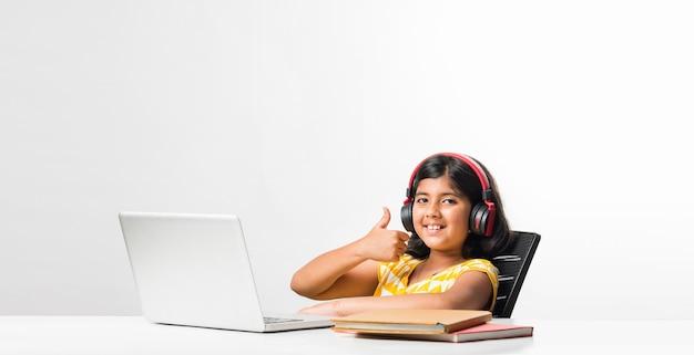 自宅でオンラインレッスンに参加して勉強しているかなりスタイリッシュなインドのアジアの女子高生