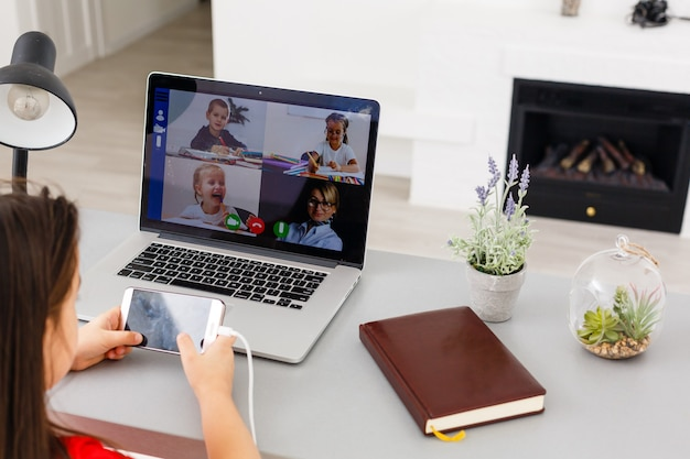 Довольно стильная школьница изучает домашнюю математику во время онлайн-урока дома, социальная дистанция во время карантина, самоизоляция, концепция онлайн-образования, домашний школьник