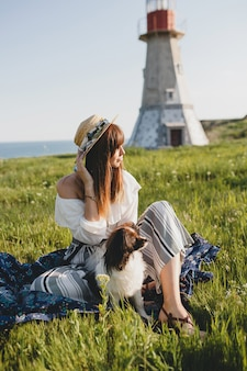 犬と一緒に田舎でかなりスタイリッシュな女性