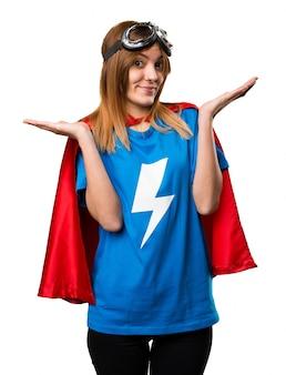 Красивая девушка-супергероя, делающая неважный жест