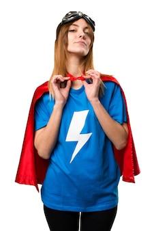 Довольно супергероя девушка гордится собой