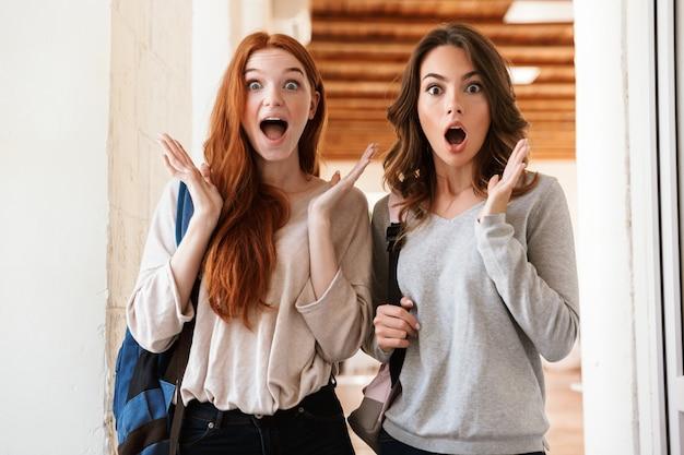 かなり驚いて興奮している女子学生