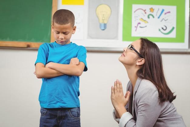 何かのために生徒に懇願しているかなり先生
