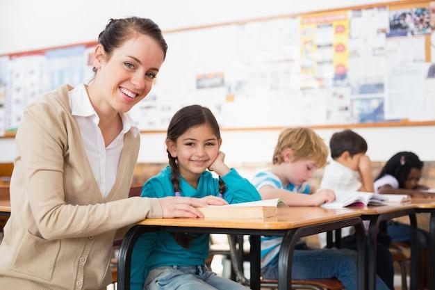 Довольно учитель помогает ученику в классе
