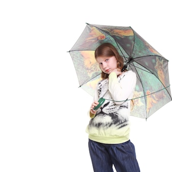 彼女の手に傘を持つかなり10代の少女