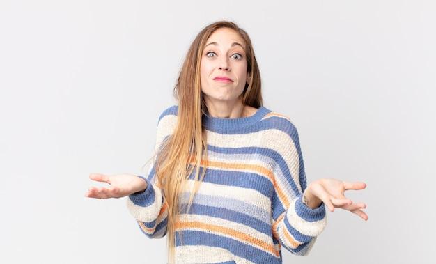 かなり痩せた女性が無知で混乱していると感じ、どの選択肢やオプションを選ぶべきかわからず、疑問に思っています