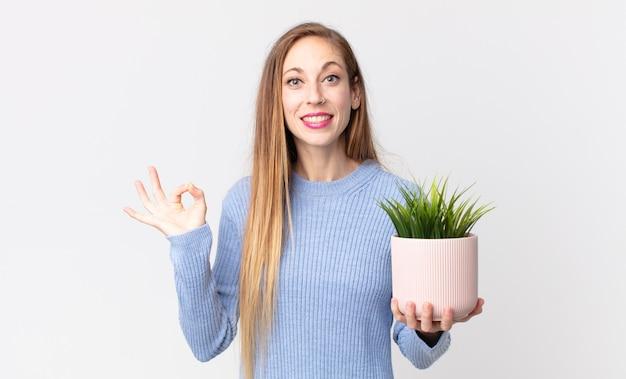 장식용 집 식물을 들고 꽤 마른 여자