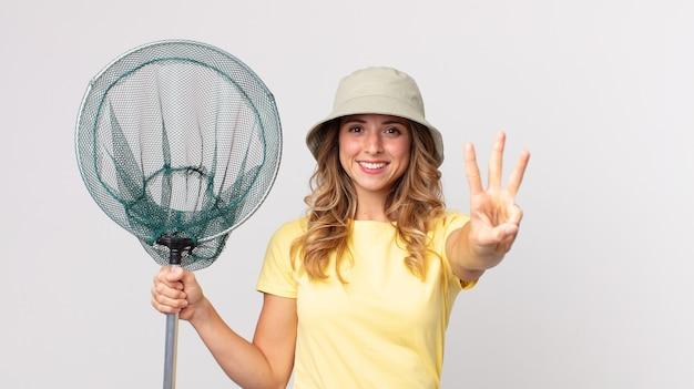 미소하고 친절해 보이는 꽤 마른 여성, 모자를 쓰고 물고기 그물을 들고 있는 3번을 보여줍니다.