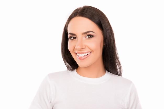 Красивая зубастая девушка в белой футболке