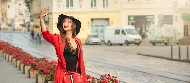 Довольно туристическая девушка делает селфи.
