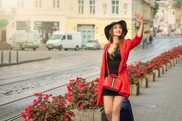 かなり観光客の女性は、selfieを取っています