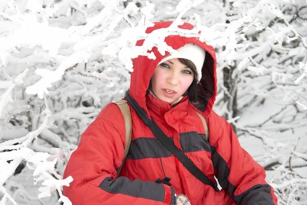 Красивая зимняя девушка в снежном лесу