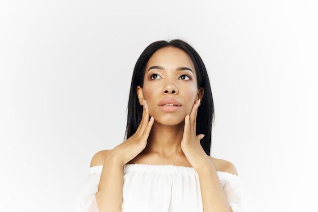 Косметика африканской внешности красивая женщина на лице позирует боковой взгляд